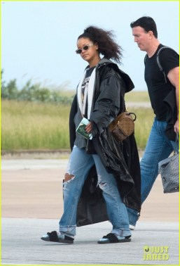 rihanna-heads-home-to-barbados-for-the-holidays-08
