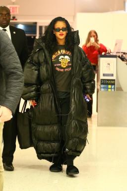 Rihanna at JFK Airport on May 10, 2018 photos