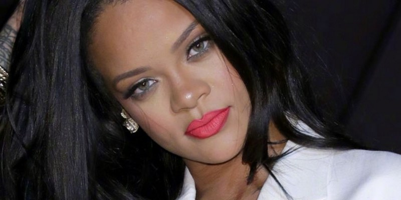 Rihanna signs deal with Sony