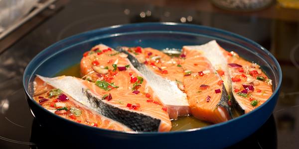 Sipulilla ja sitruunalla marinoidut lohimedaljongit