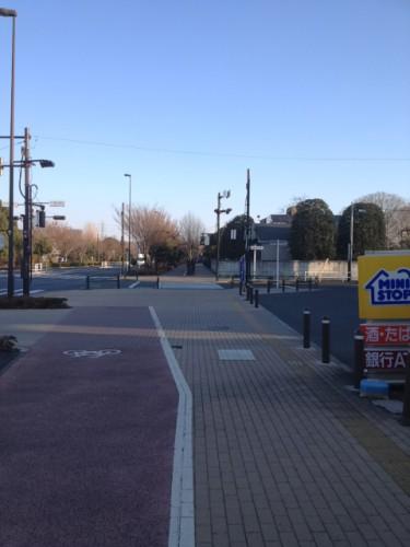 広い自転車道と歩道