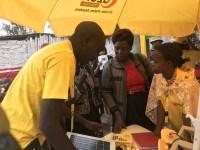 En representant från RUH säljer in en solpanelslösning till en kund i Machakos i Kenya