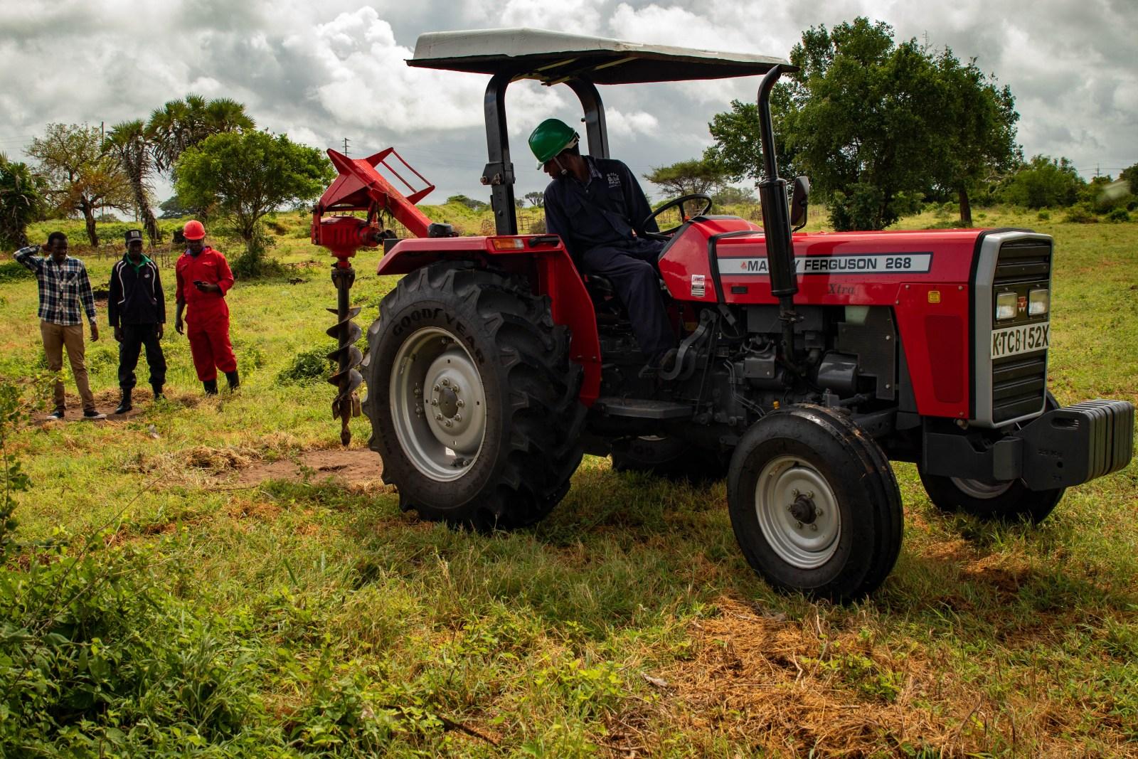 Till skillnad från Kiambere där man gräver hålen till plantorna för hand borrar man här med hjälp av en traktor.