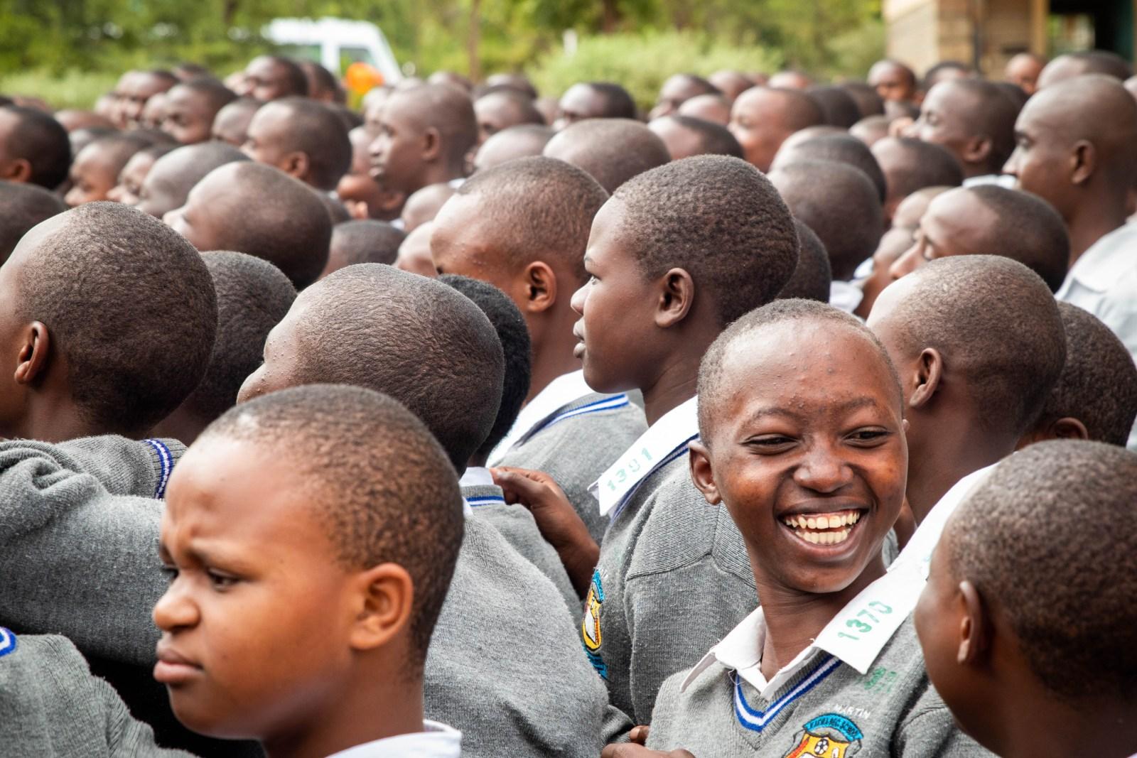 Väldigt glada elever på Kaewa Secondary School