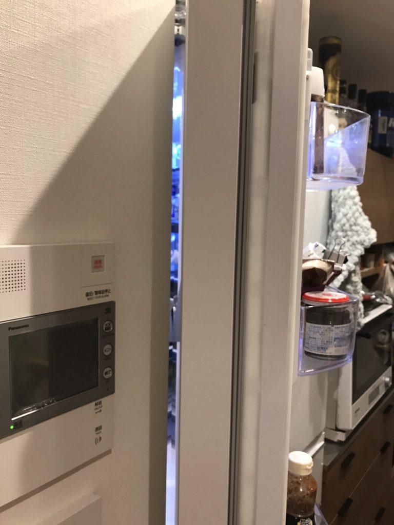 フレンチドア冷蔵庫を開けて壁との間が少ないとわかる