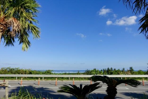 石垣島空港の駐車場から見た海