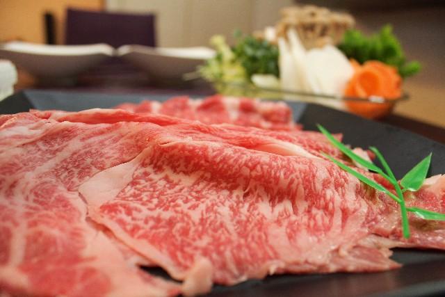 霜降り肉を鉄板で焼きます