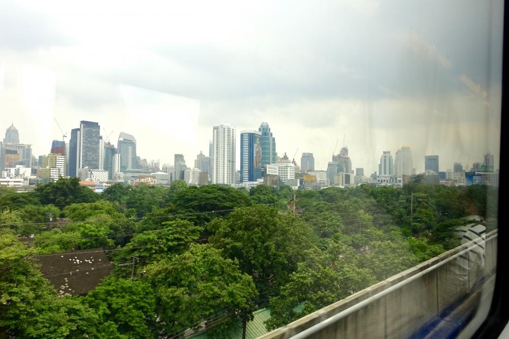 電車から見えるタイの街並み