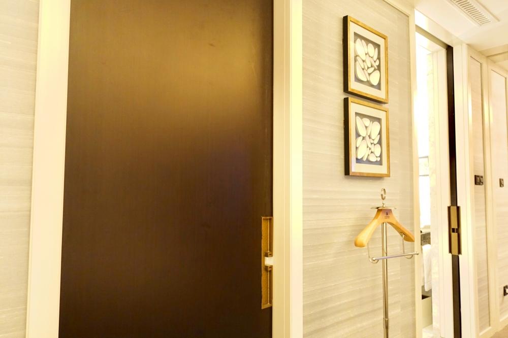 セントレジス上海静安 カロラインアスタースイート バスルームとリビングをつなぐドア