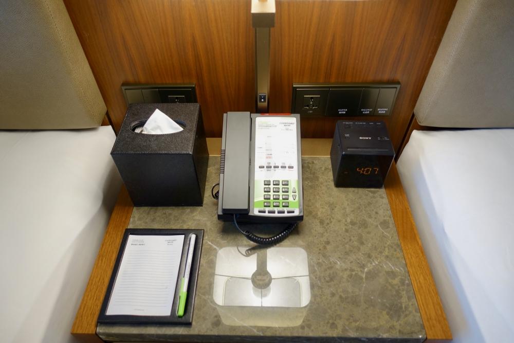 コートヤード台北エグゼクティブルームベッドサイドの設備