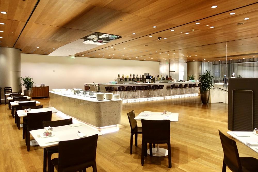 カタールドーハ国際空港アルムルジャンビジネスラウンジ2階のレストラン