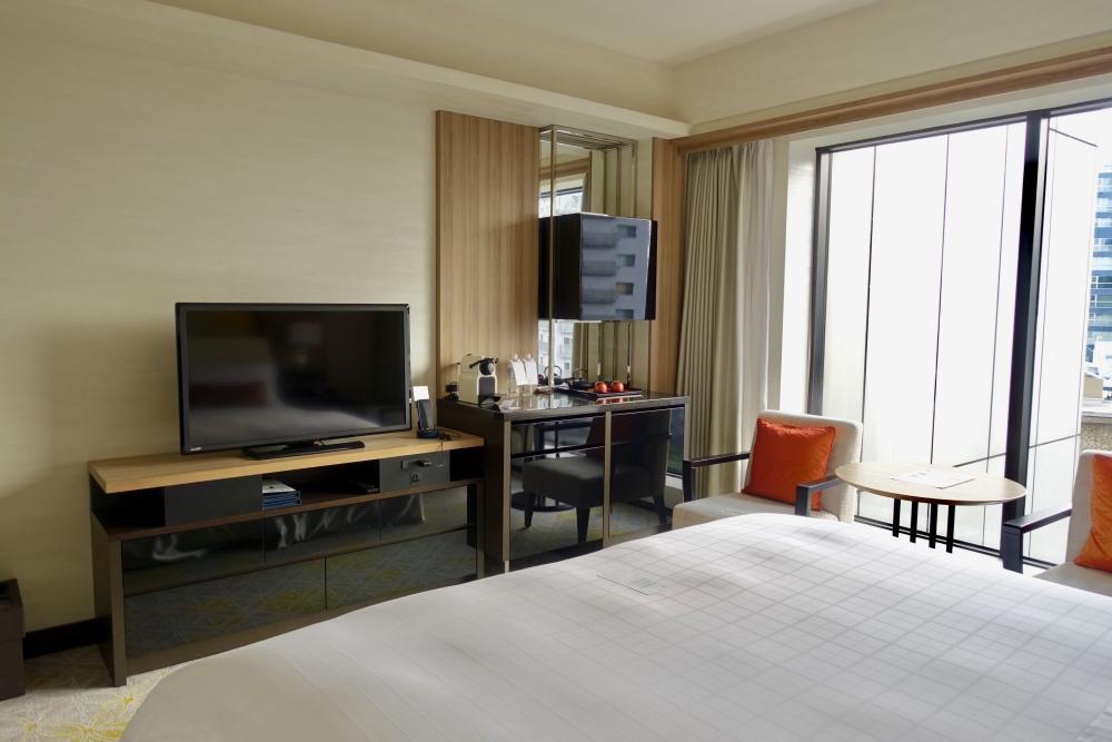 シェラトン都ホテル東京エグゼクティブスーペリアベッド正面にテレビ