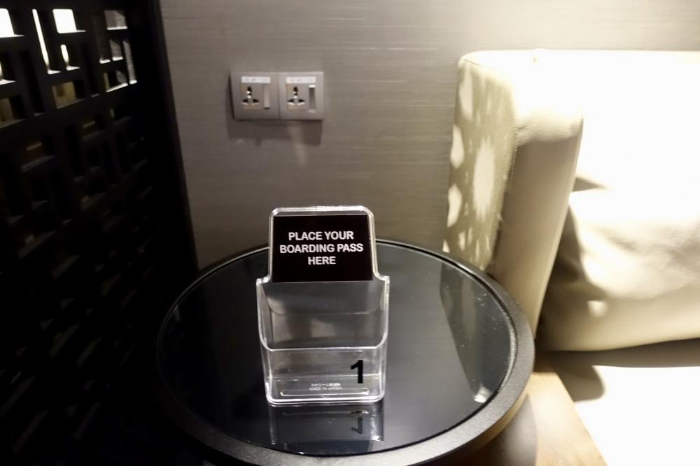 クアラルンプール国際空港マレーシア航空ゴールデンラウンジファーストクラス仮眠室の搭乗券置き場