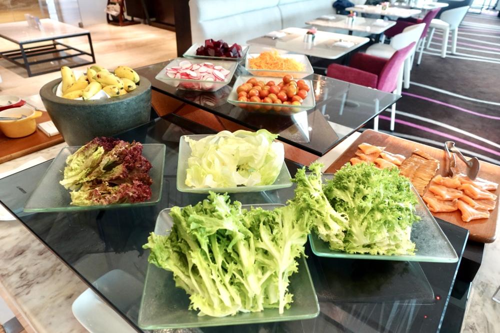 ルメリディアンサイゴン22階のクラブラウンジフードカウンター朝食サラダ