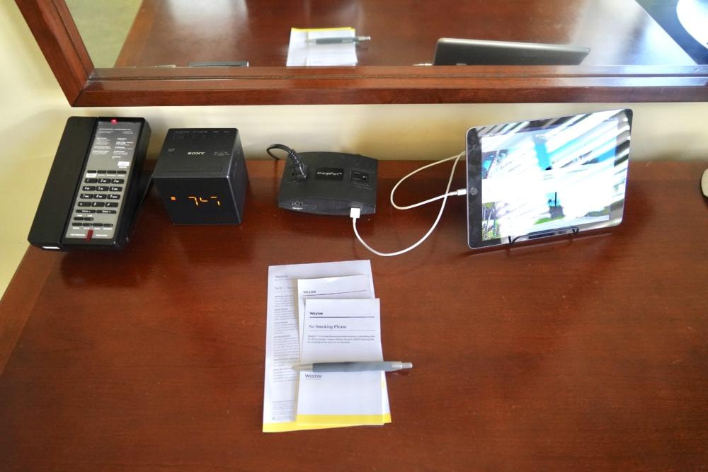 モアナサーフライダーのホスピタリティルームの電話・充電器・iPad