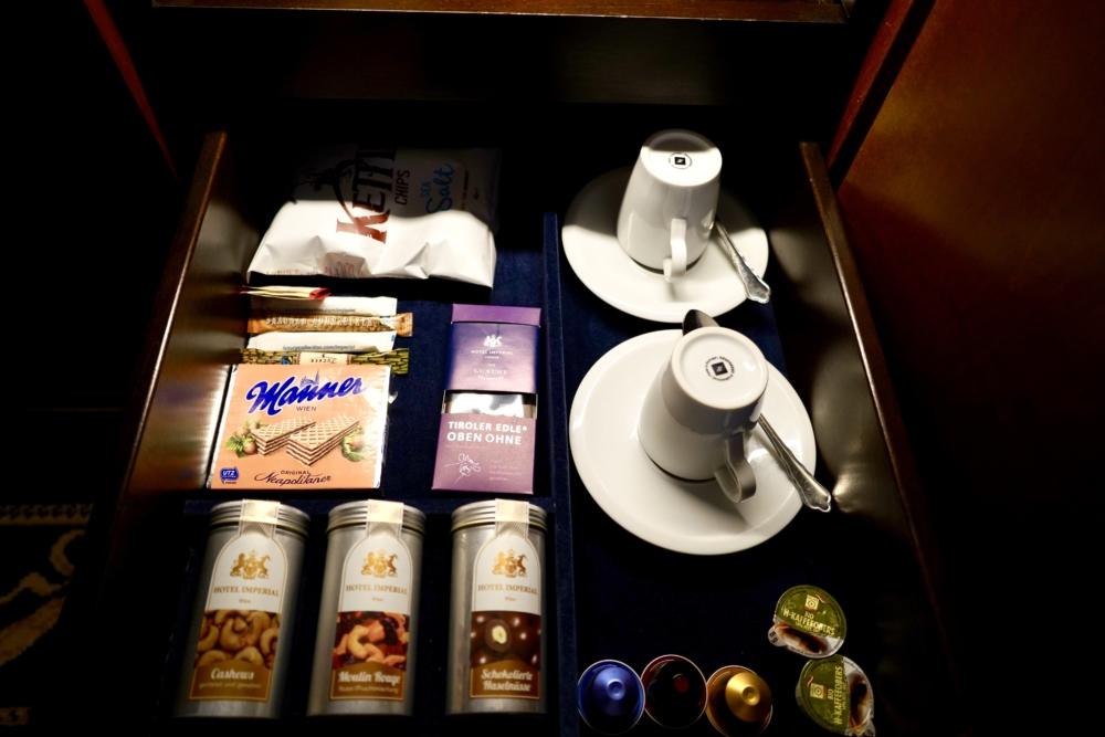 ホテルインペリアルウィーン・エグゼクティブジュニアスイート・ミニバー・コーヒーとスナック