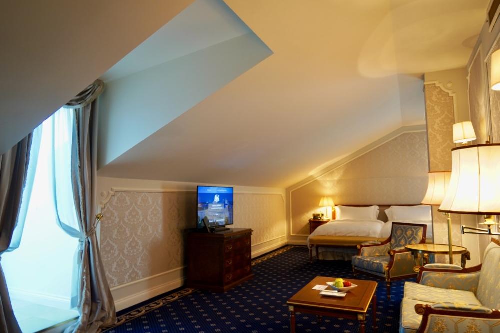 ホテルインペリアルウィーン・エグゼクティブジュニアスイート・リビングルームを入口から見たところ