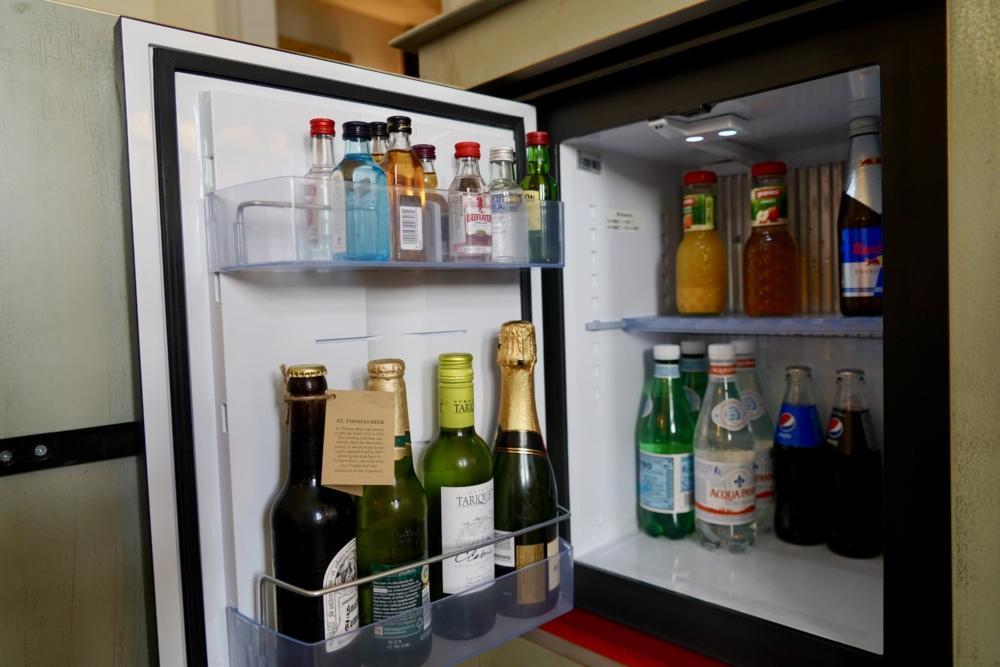 オーガスティンアラグジュアリーホテルプラハ・プレミアムデラックスルーム・キャビネット内の冷蔵庫