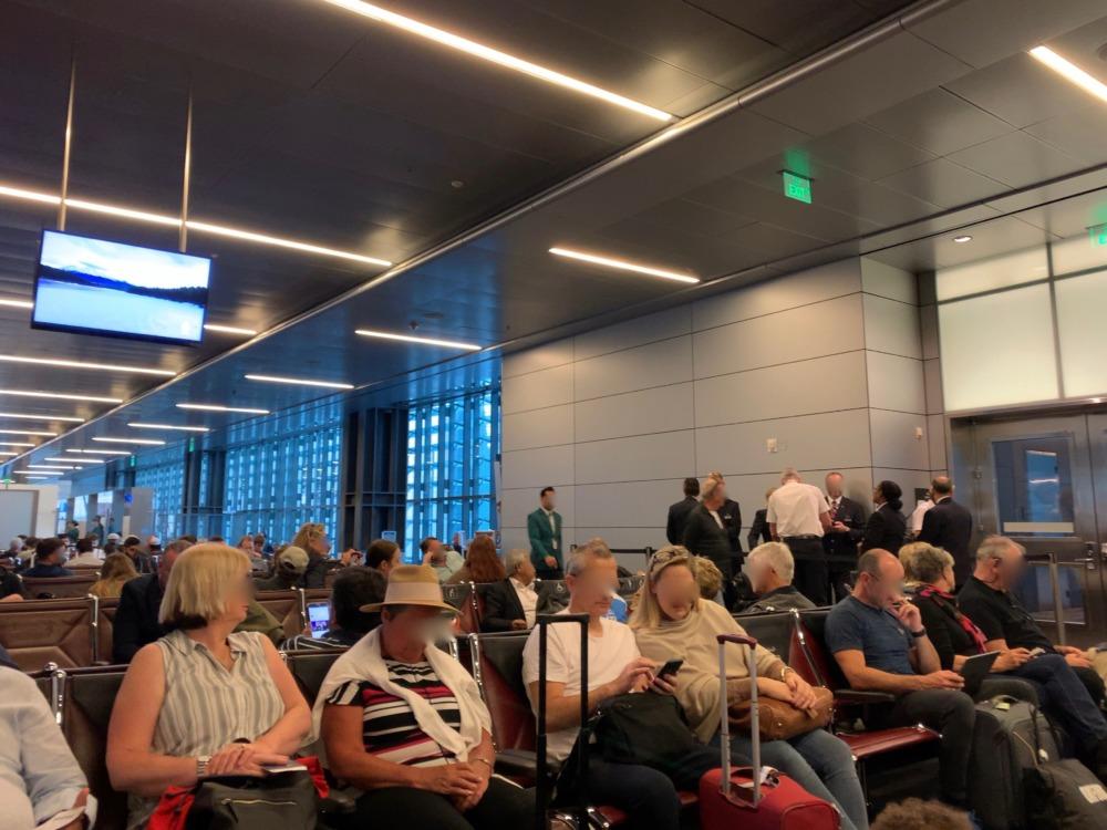 ドーハ・ハマド国際空港の搭乗口D2前は満席