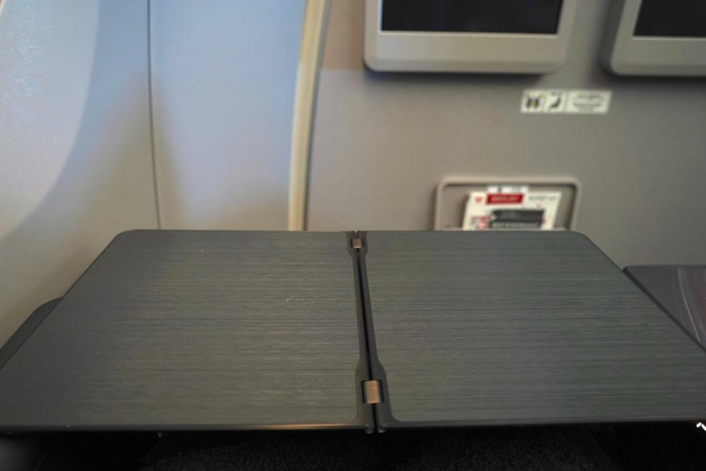 JAL国内線新型ファーストクラス・テーブルを展開したところ