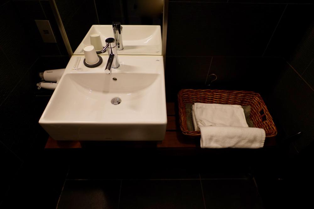羽田空港JALサクララウンジ ・シャワールームの洗面台