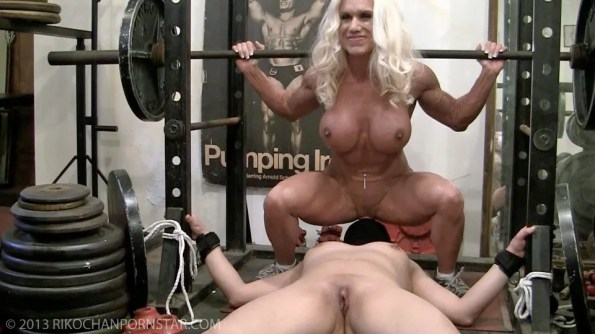Muscle Ashlee combines squats and oral sex!