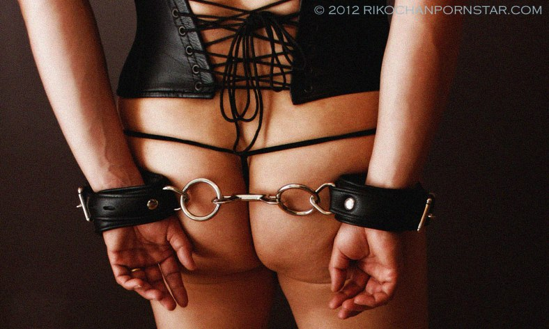 Musclegirl Rikochan in leather cuffs