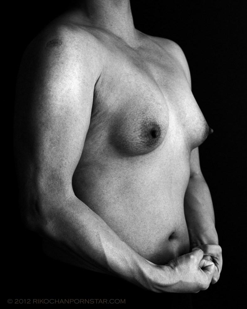 Amateur female bodybuilder Rikochan shows off her side chest