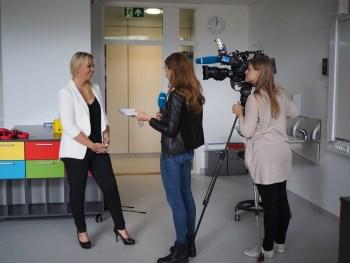 Elisabeth Palmgren, rektor ved Teglverket skole, intervjues av Dagsrevyen. Foto: Erling Grønlund