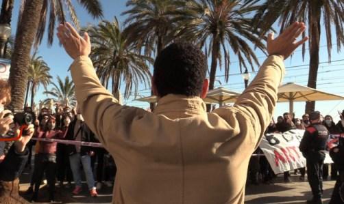 Ignacio Garriga saluda amablemente a una turba separatista de extrema izquierda