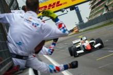 Alex Palou le da la primera victoria a Teo Martín Motorsport en la Fórmula V8
