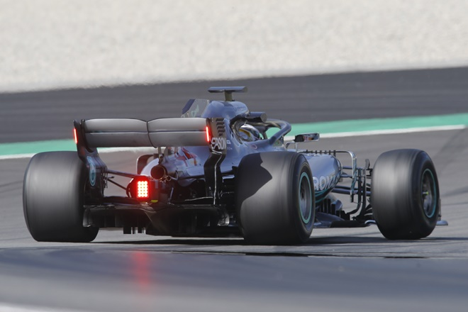 F1 test montmelo hamilton mercedes-amg luz trasera 1505