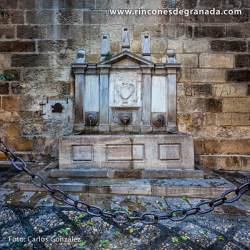 PILAR DE LA PUERTA DEL PERDÓN Se encuentra adosado al muro oeste de la Catedral de Granada
