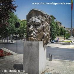MONUMENTO AL GRAN CAPITÁN  Frente a la Plaza del Triunfo, encontramos esta colosal escultura que llama nuestra atención