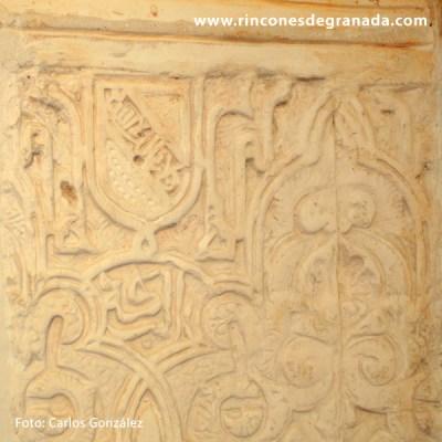Escudo de banda en la yesería - Torre Fuerte de las Gabias