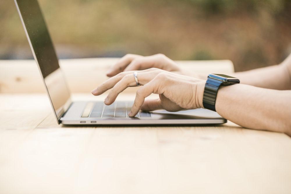 パソコンをする男性の手
