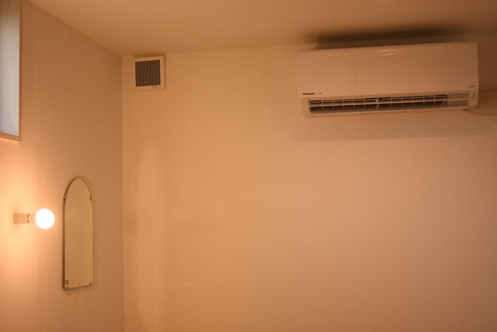 シャワー室を出たところにはエアコンも完備