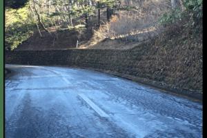 路面凍結時にノーマルタイヤで対策方法は?グッズや運転方法について