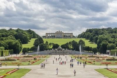 「シェーンブルン宮殿」とは?ベルサイユを凌ぐ宮殿を目指した歴史をわかりやすく解説