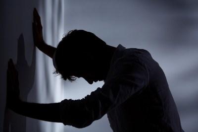 太宰治「人間失格」には元ネタ作品がある!?自殺未遂、心中未遂、精神病院……関連小説5作品を解説