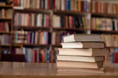 芥川賞と直木賞の違いって?日本で一番偉い(?)文学賞の歴史、受賞作から傾向まで解説