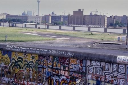 ベルリンの壁はどうして建てられた?ベルリンの壁の歴史と崩壊した理由を解説