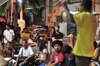 Moradores, ativistas e líderes comunitários falam no plenária. Foto: João Lima