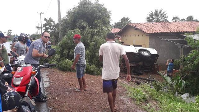 Veículo desgovernado derruba árvore, invade e destrói parte de casa no litoral do Piauí