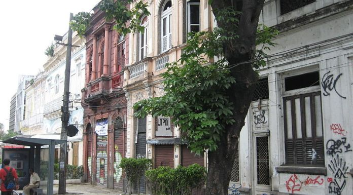Two story colonial buildings still standing in Lapa, photo courtesy of CreativeCommonsLicense/Junius