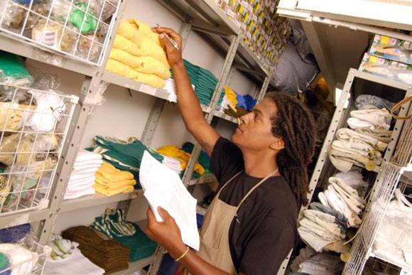 Cumim, Auxiliar de Almoxarifado -R$ 1.315,86 - Efetuar o controle do estoque de materiais de consumo e de aplicação - Rio de Janeiro