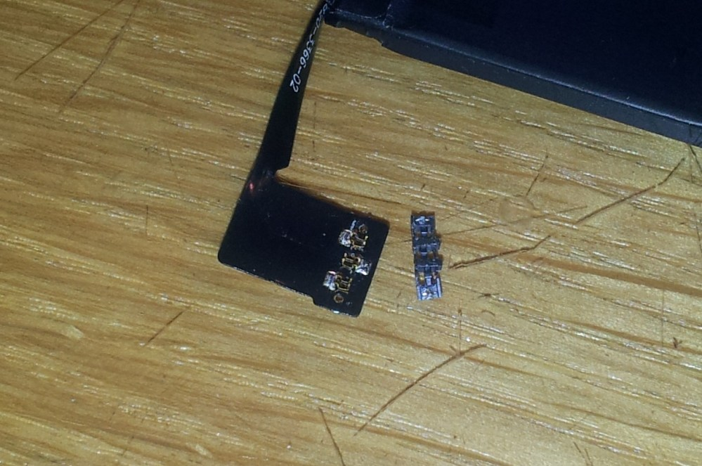 Looking inside a (fake) iPhone 5S battery (4/6)