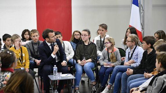 Macron parle des GJ devant des écoliers : un abus de pouvoir