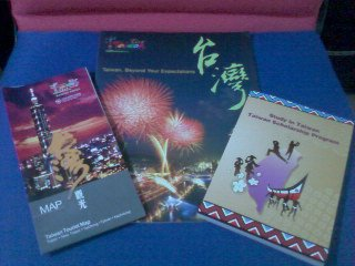 Freebies -- Taiwan map, travel in Taiwan magazine, info book and planner :) (Photo from: Cheryl Ang)