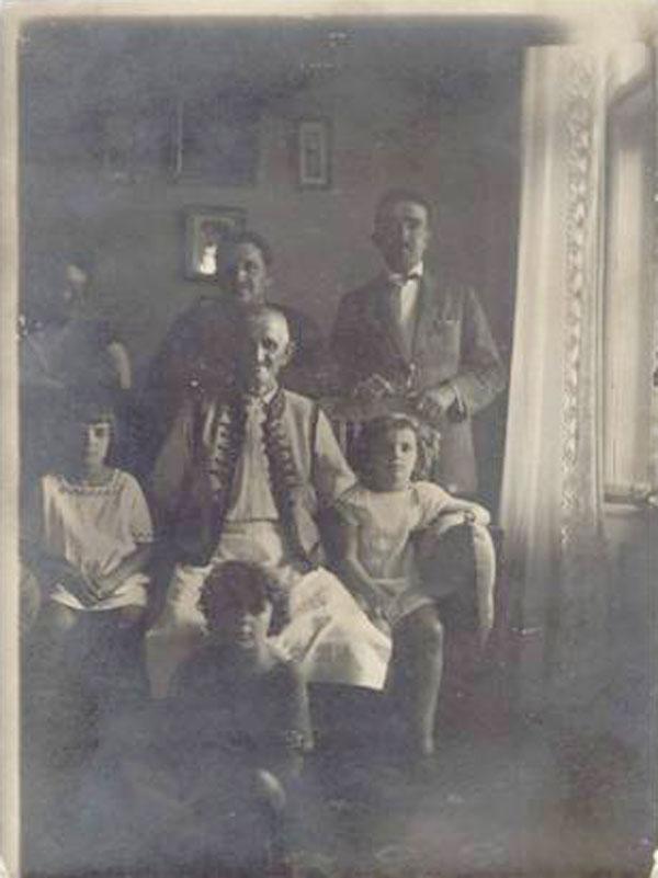 Tatăl lui Avram Imbroane, Mihai, cu familia la Coștei, 1925 (Avram chiar în spate, în centru Sofia, Sorin, Geta, Steluța și Aurel Haravevici, fiul Eugeniei, sora Sofiei).
